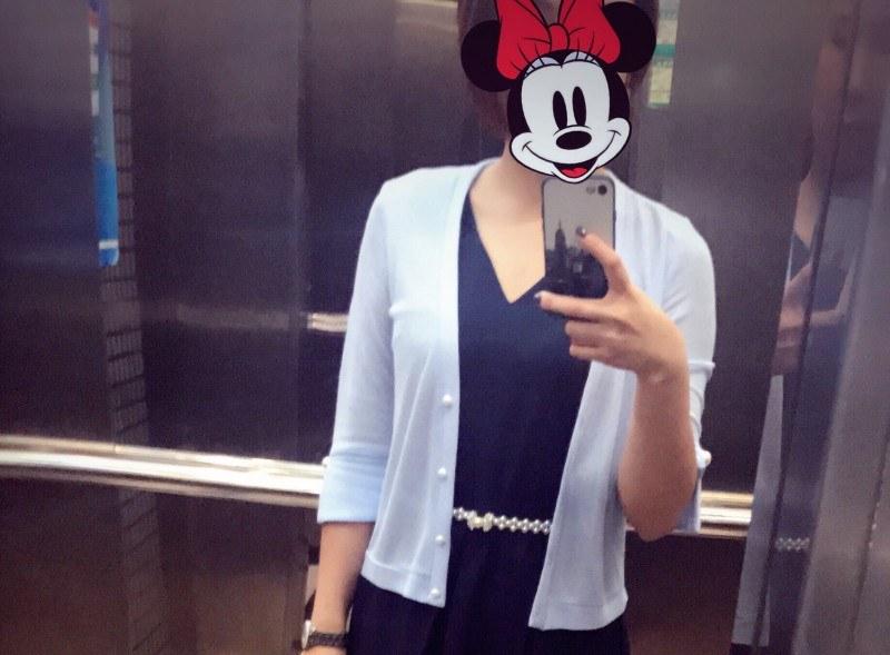 中袖珍珠镶嵌的珍珠开衫,面料柔软,裁剪合身,天蓝色非常小清新